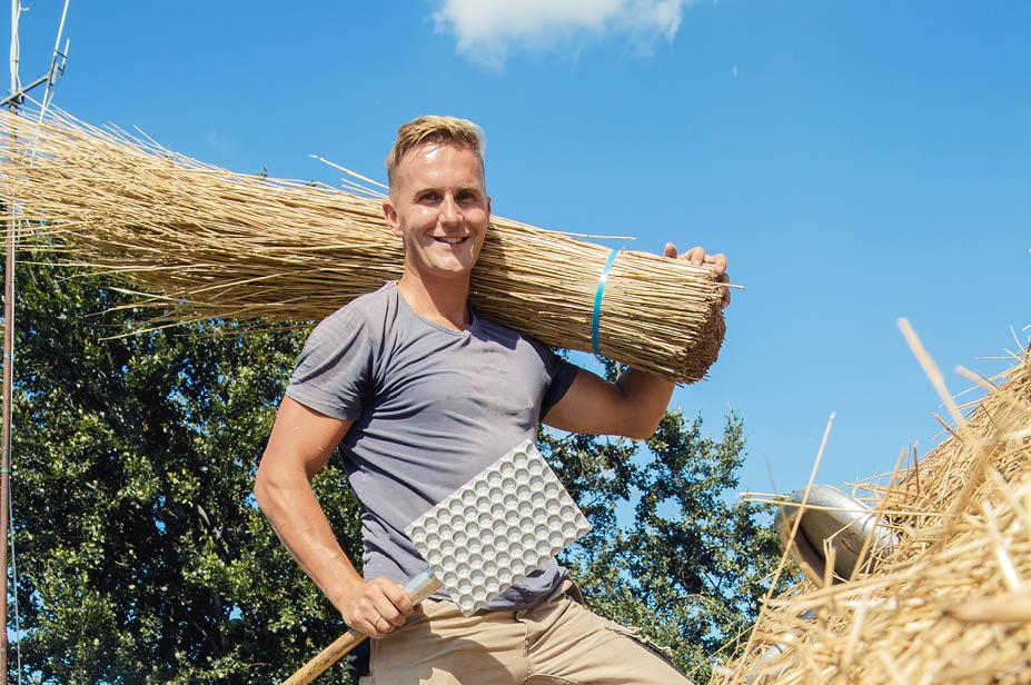 Joost Kunst en zijn vader op een rieten dak als rietdekker voor Rietdekkersbedrijf Joost Kunst