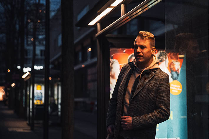Joost Lansink, eigenaar van marketingbureau Innomads in een bushok