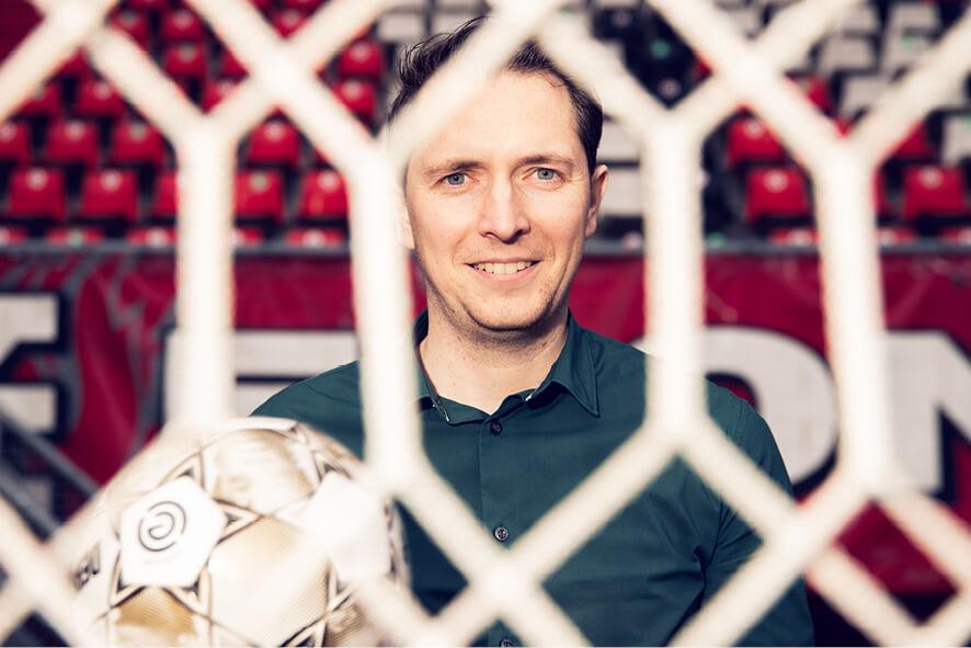 FC Twente datascout Niels Wigbold in het Twentestadion achter het doel