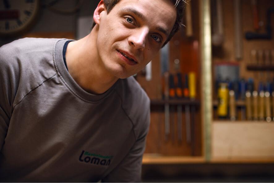 Wouter Loman in zijn werkplaats van zijn bedrijf Meubelmakerij Loman