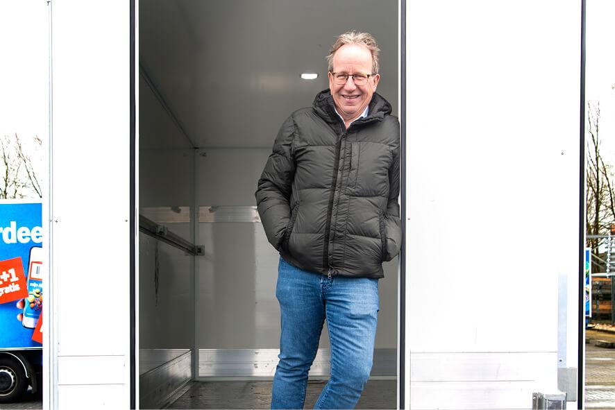 Bertus Dasselaar in zijn bustransport van het bedrijf Dasko Koel- en Vriestransport