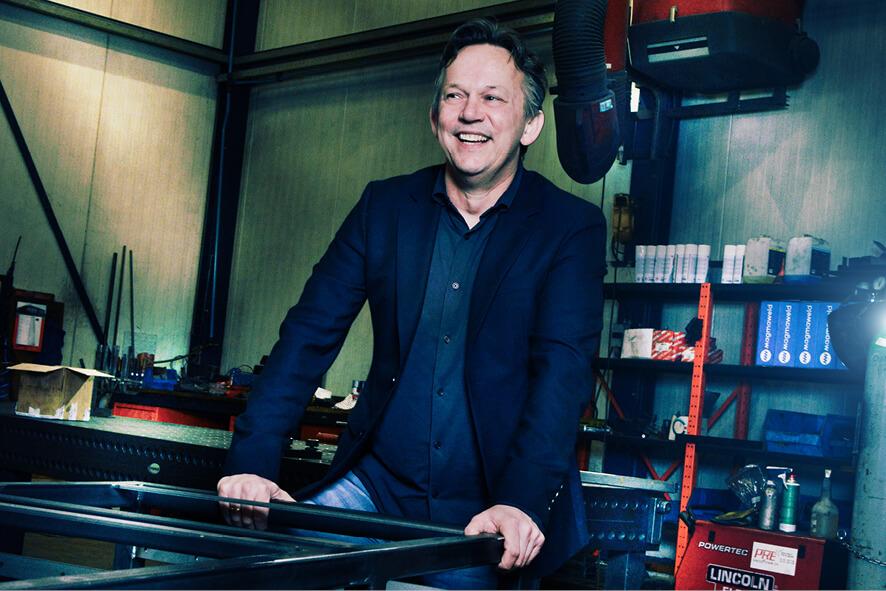 Maurits ten Hove eigenaar van THP Twentetechniek in een techniekhal