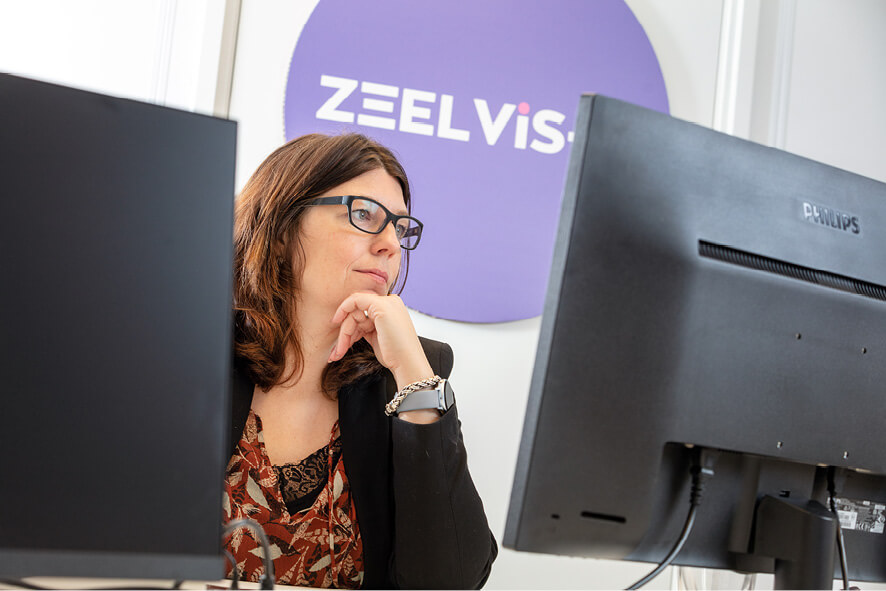 Beatte Visser van ZeelVis-IT in haar kantoor