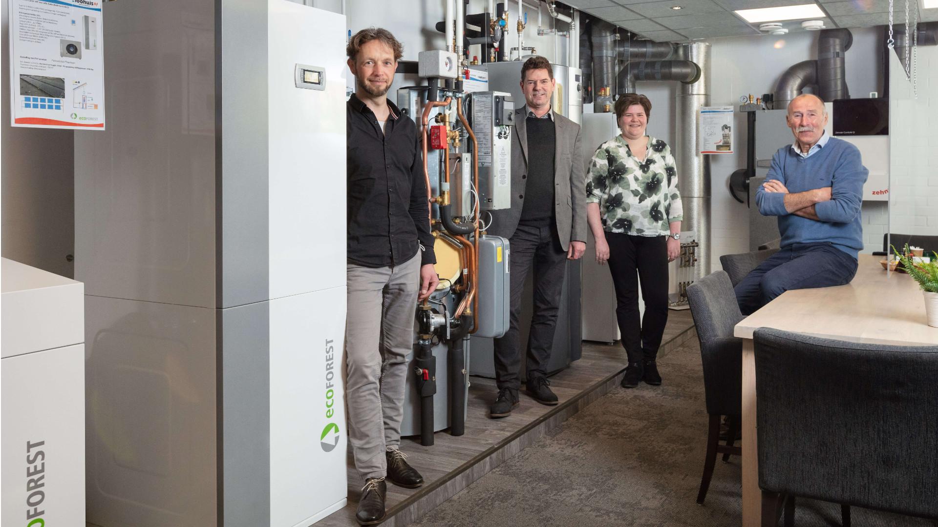 Van links naar rechts: Rik Pape (Projectleider STO Almelo), Ben Kuipers (directeur Loohuis Installatietechnieken), Marleen Peddemors (docent en stagecoördinator scholengemeenschap Canisius) en Herman Braakbuis, kwartiermaker STO Alemlo