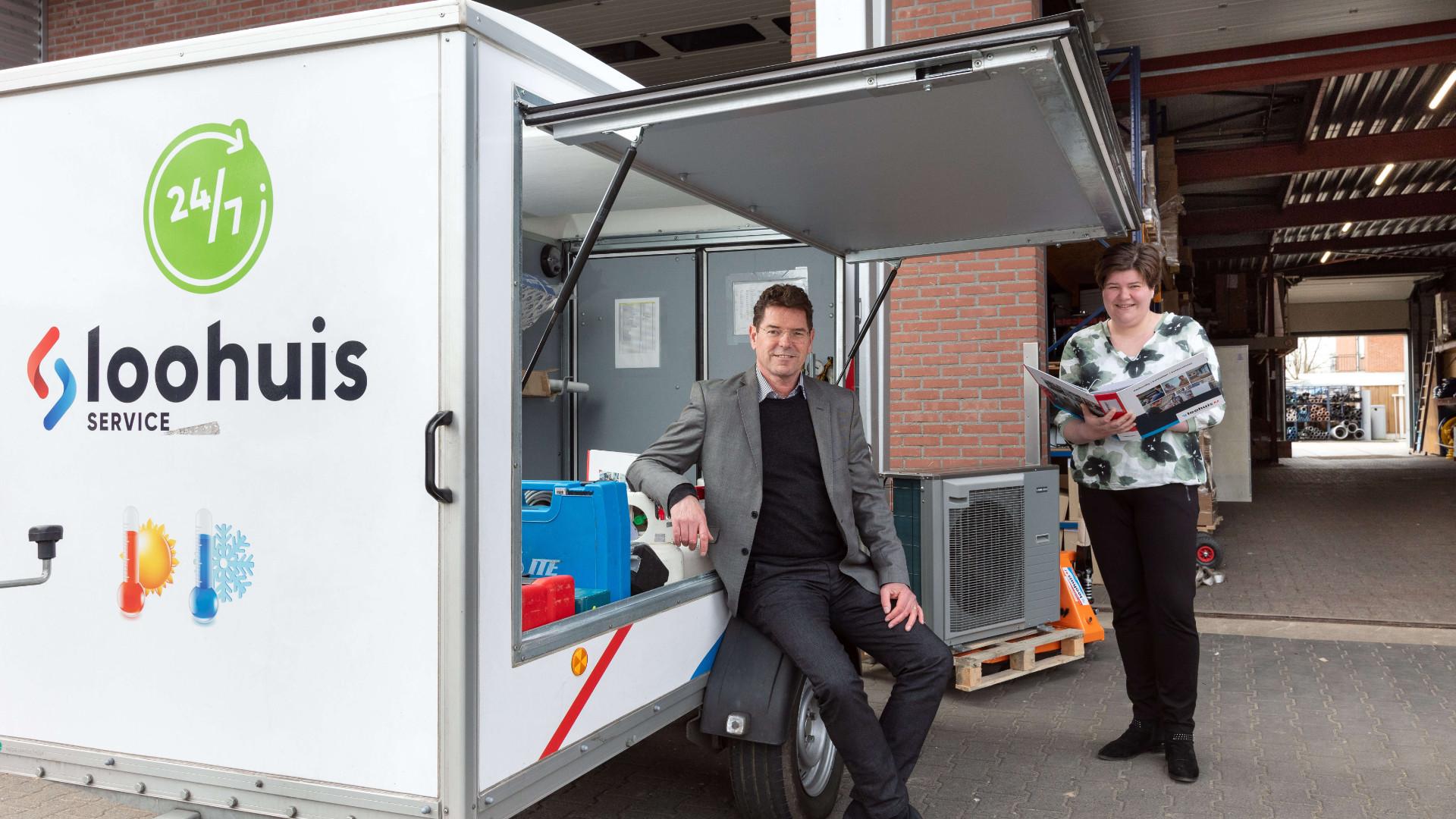 """Marleen Peddemors en Ben Kuipers bij een van de service-aanhangers voor warmtepompen van Loohuis Installatietechnieken: """"We zijn blij met de brugfunctie van STO Almelo die helpt samenwerking tussen bedrijven en scholen tot stand te brengen."""""""