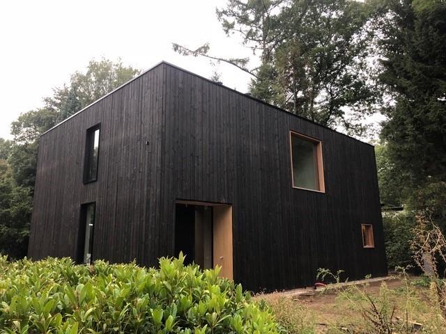 Villa in Berchem (België) met houten gevelbekleding.