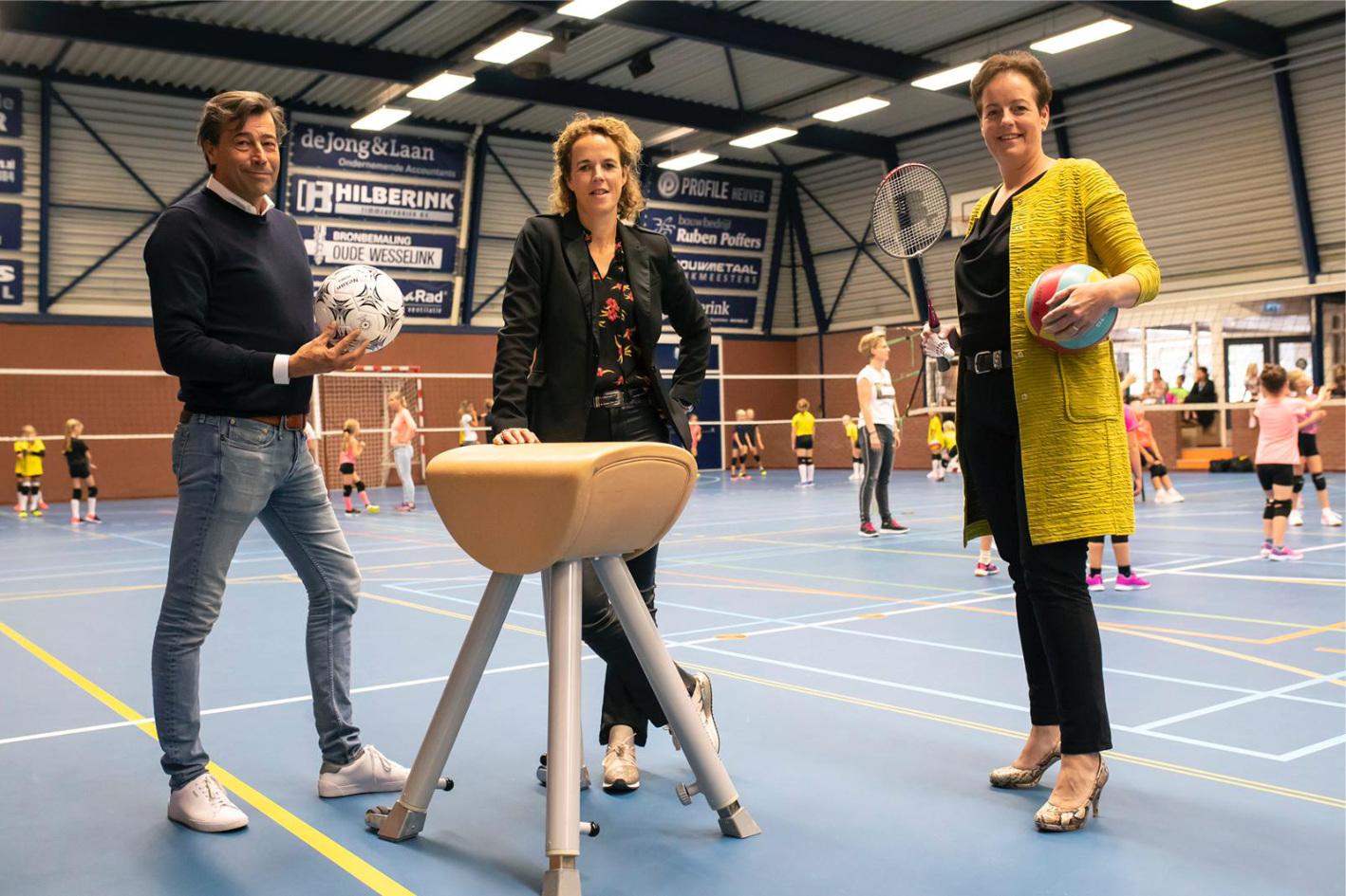 V.l.n.r: Eddy Droste, Mirjam Vollenbroek (werkgroep Geesteren Vitaal) en Ria Paus (samen met Eddy Droste van de werkgroep Sportvastgoed Geesteren)