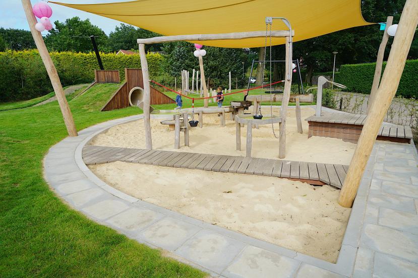 Het spiksplinternieuwe speeltuintje de Heidehof aan de Weuststraat is zonder twijfel een aanwinst voor de wijk en zelfs voor het dorp Langeveen.
