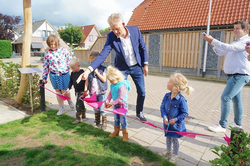 Wethouder Volmerink opent de speeltuin met buurtkinderen