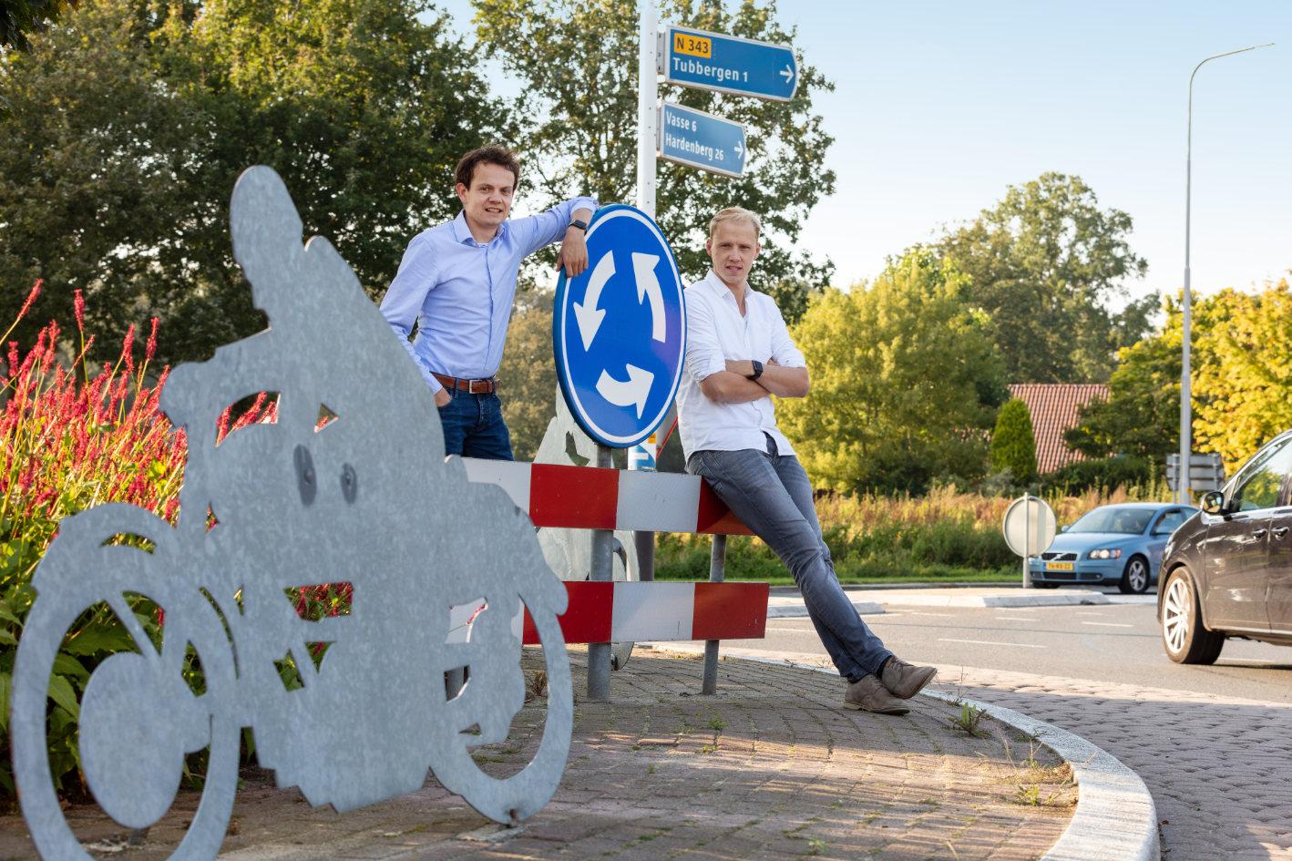 Thijs Oude Nijhuis en Jeffrey Heithuis van Effect Personeelsdiensten op de rotonde