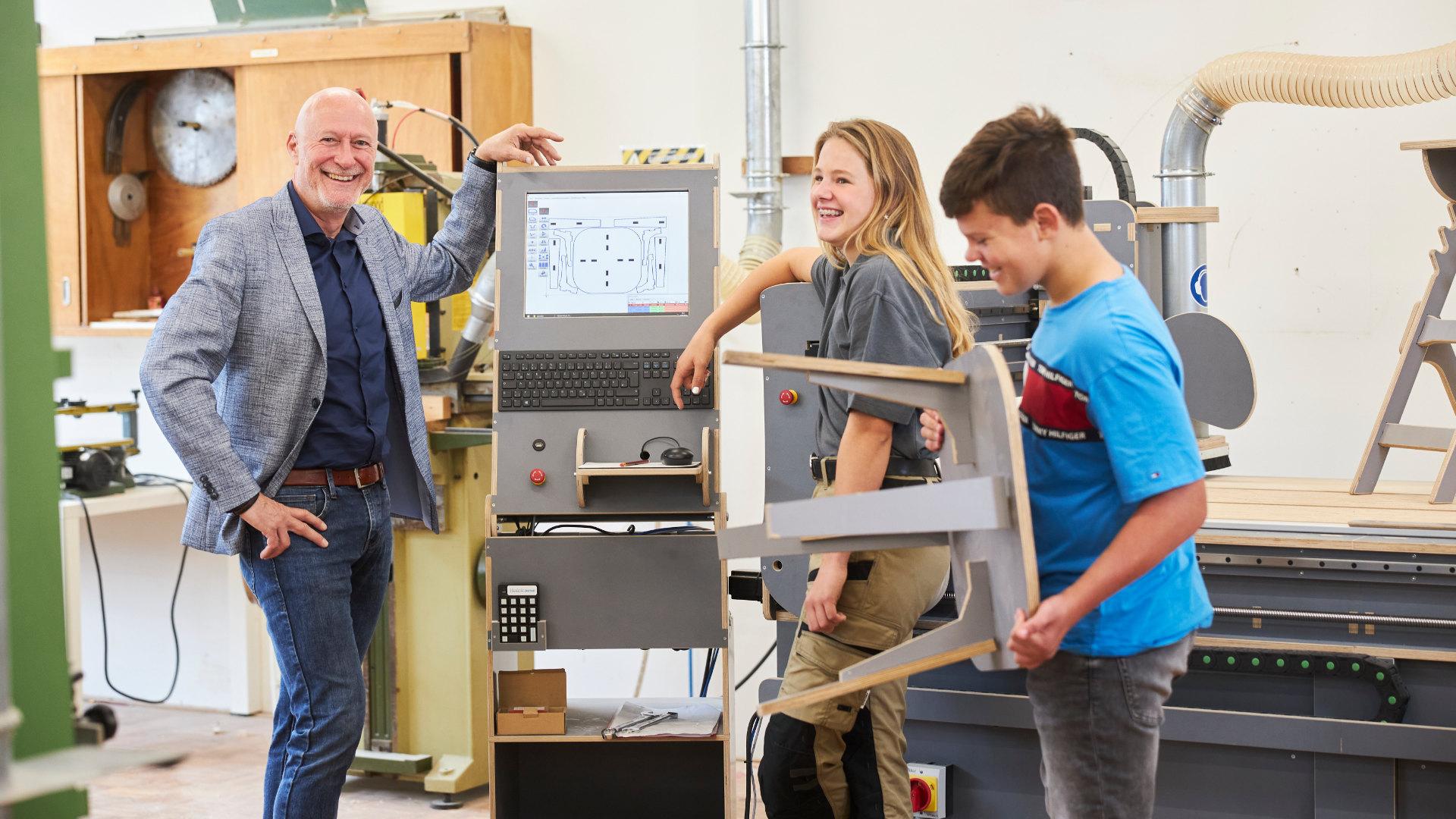 Patrick Wigman, vestigingsdirecteur Noordik Vroomshoop met de leerlingen bezig met techniekonderwijs