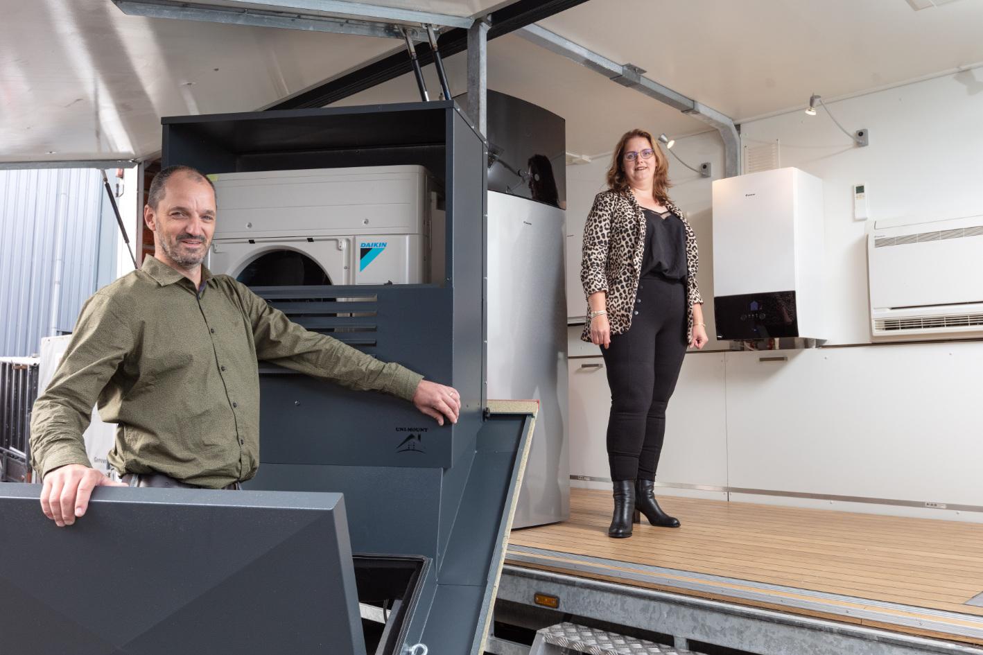 Harold Hofhuis en vrouw Leonie bij de mobiele showroom die is ingericht met duurzame oplossingen