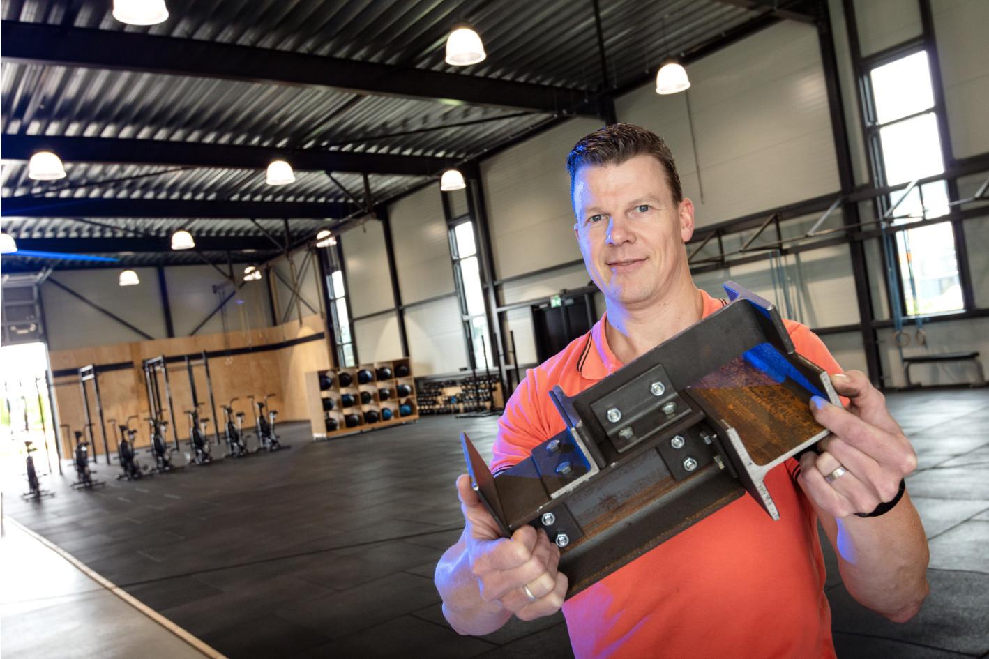 Thijs Oerbekke in het sportcentrum waar zijn staalconstructie is toegepast