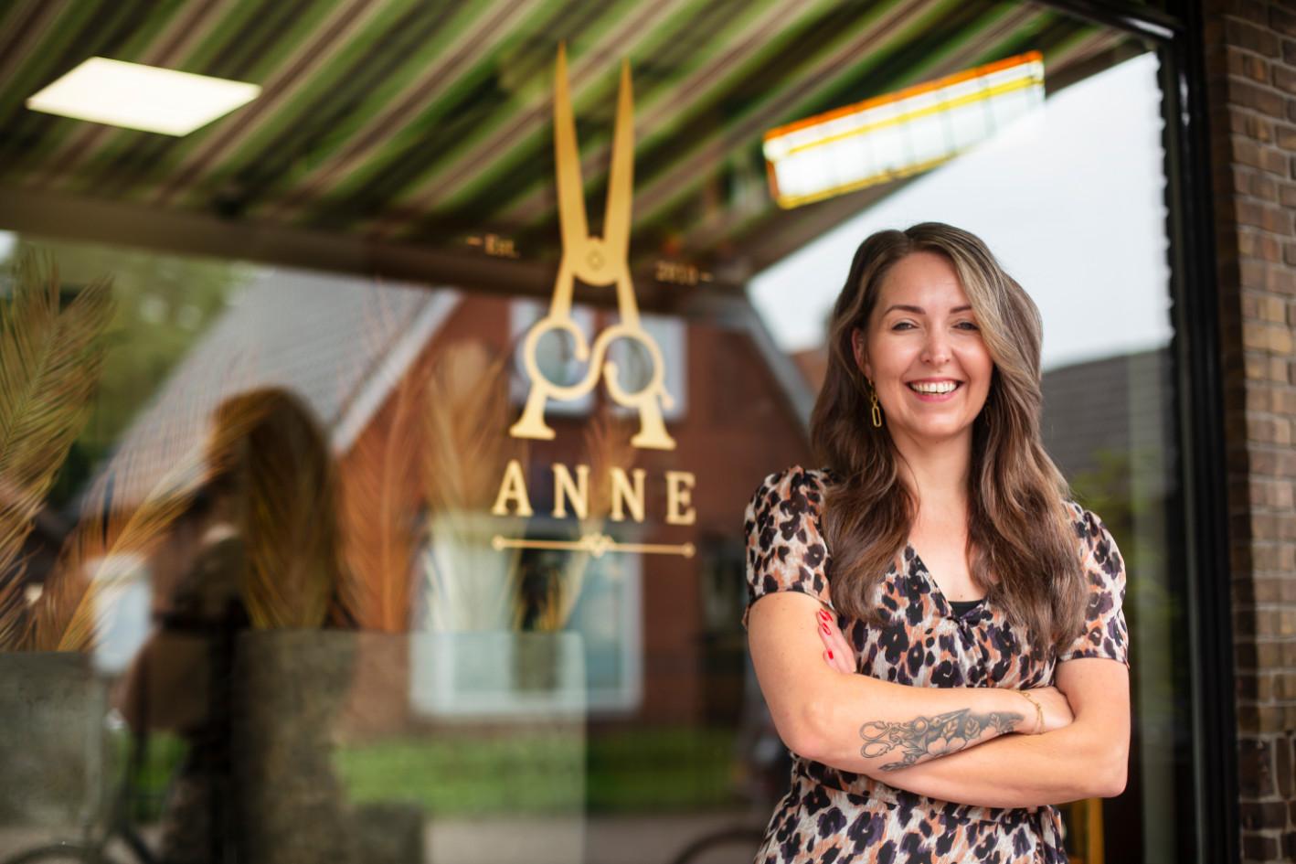 Kapster Annemarie voor haar kapsalon 'ANNE'