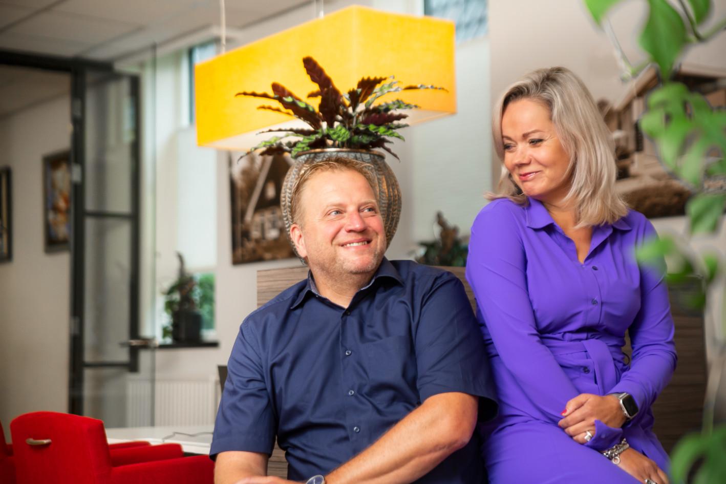 Gert Jan en Melissa van 't Goor in het kantoor bij het bedrijf Van 't Goor Financieel Advies