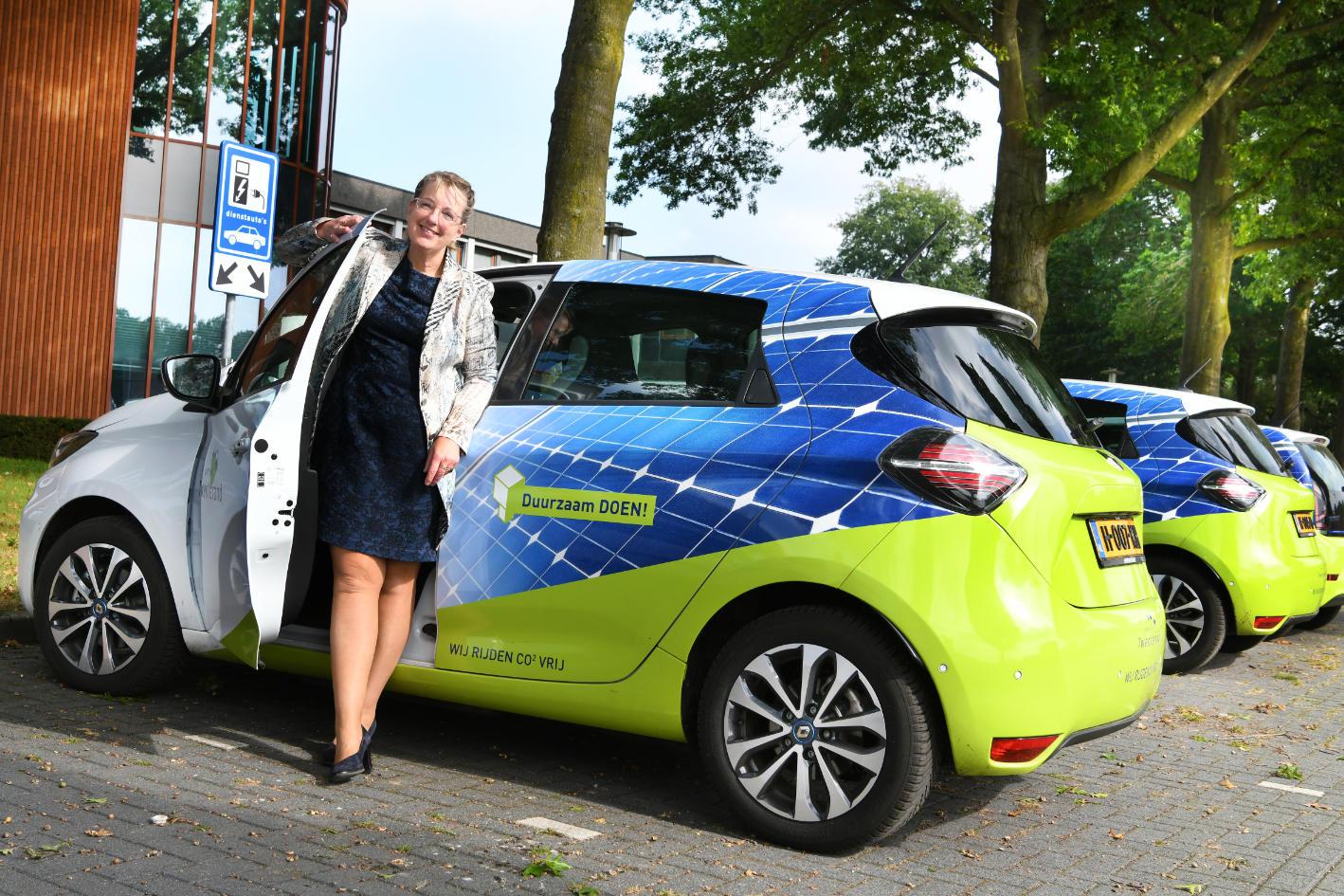 Wethouder Martha van Abbema van Gemeente Twenterand in de elektrische auto