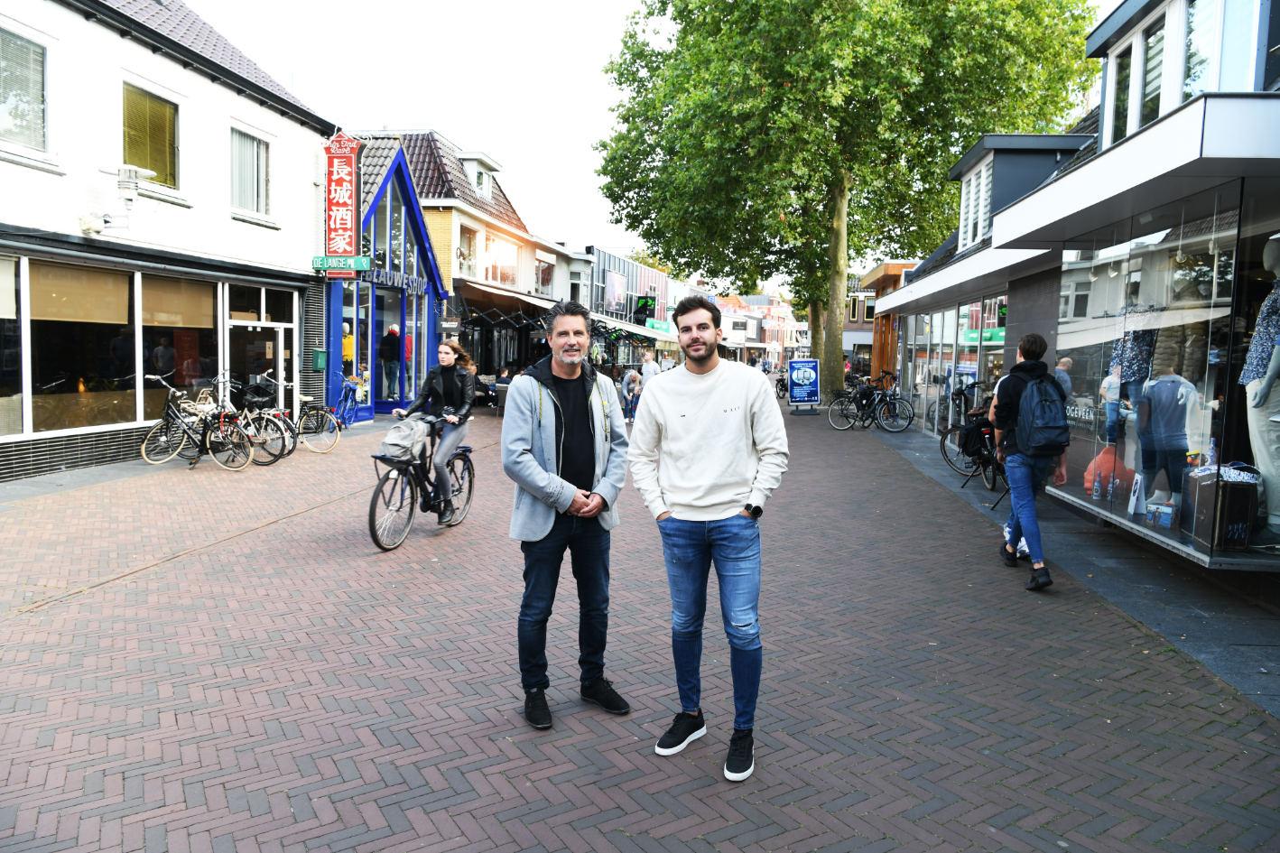 Jan-luc en zoon Jesse Kobes in de winkelstraat Hardenberg