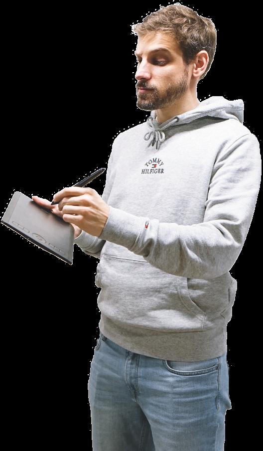 Photo de Joris dessinant sur sa tablette