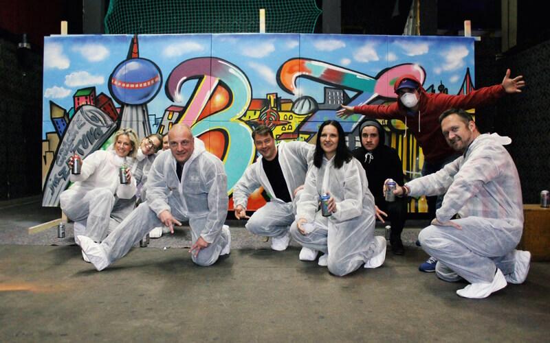 Gruppenfoto mit Graffiti Workshop Teilnehmern