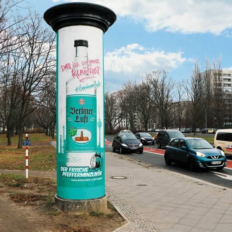 Berliner Luft Plakat an einer Litfaßsäule