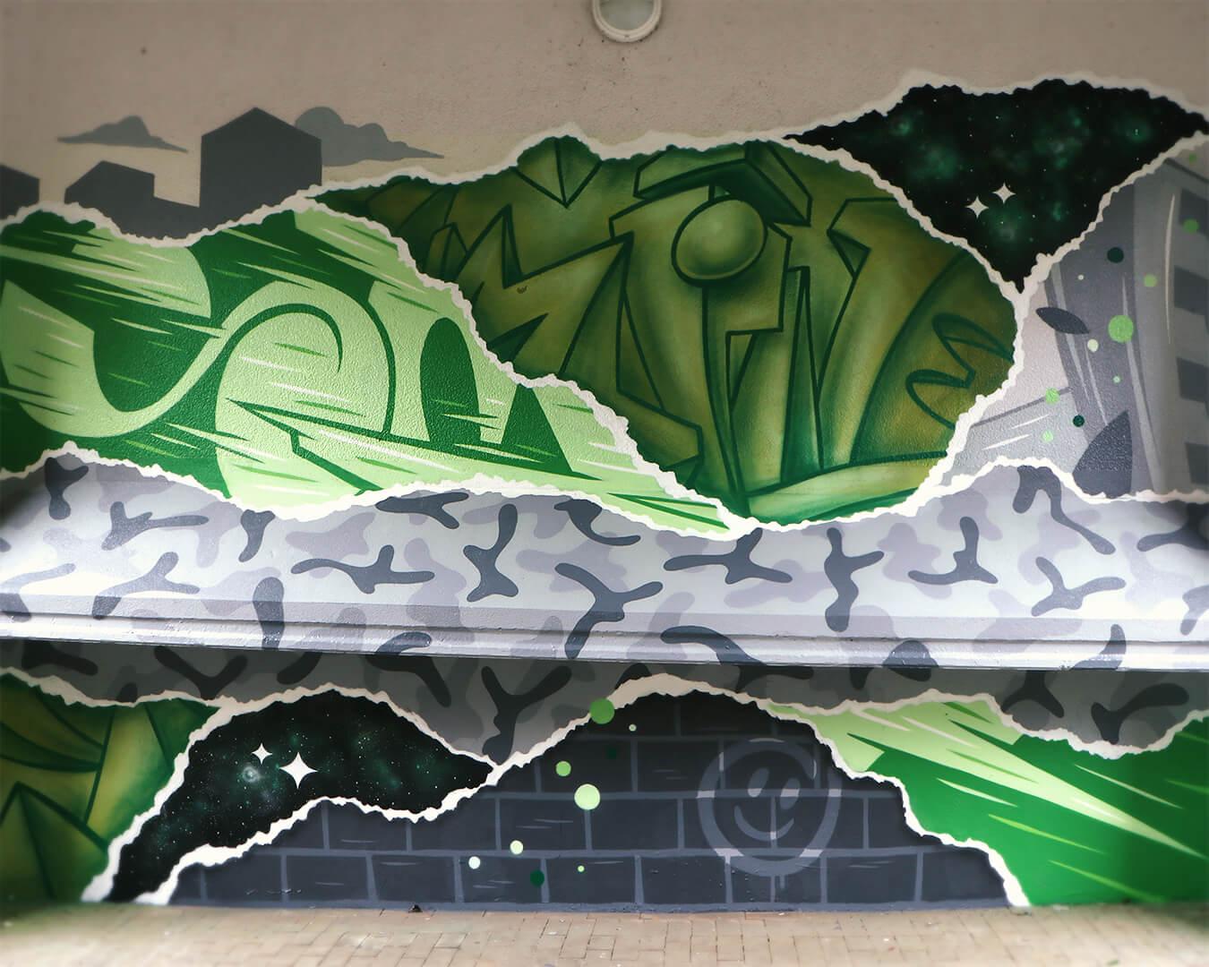 """Graffiti Hausdurchgang """"Stadt und Land"""" Berlin Hellersdorf grüne Typografie mit grauem Muster 1"""