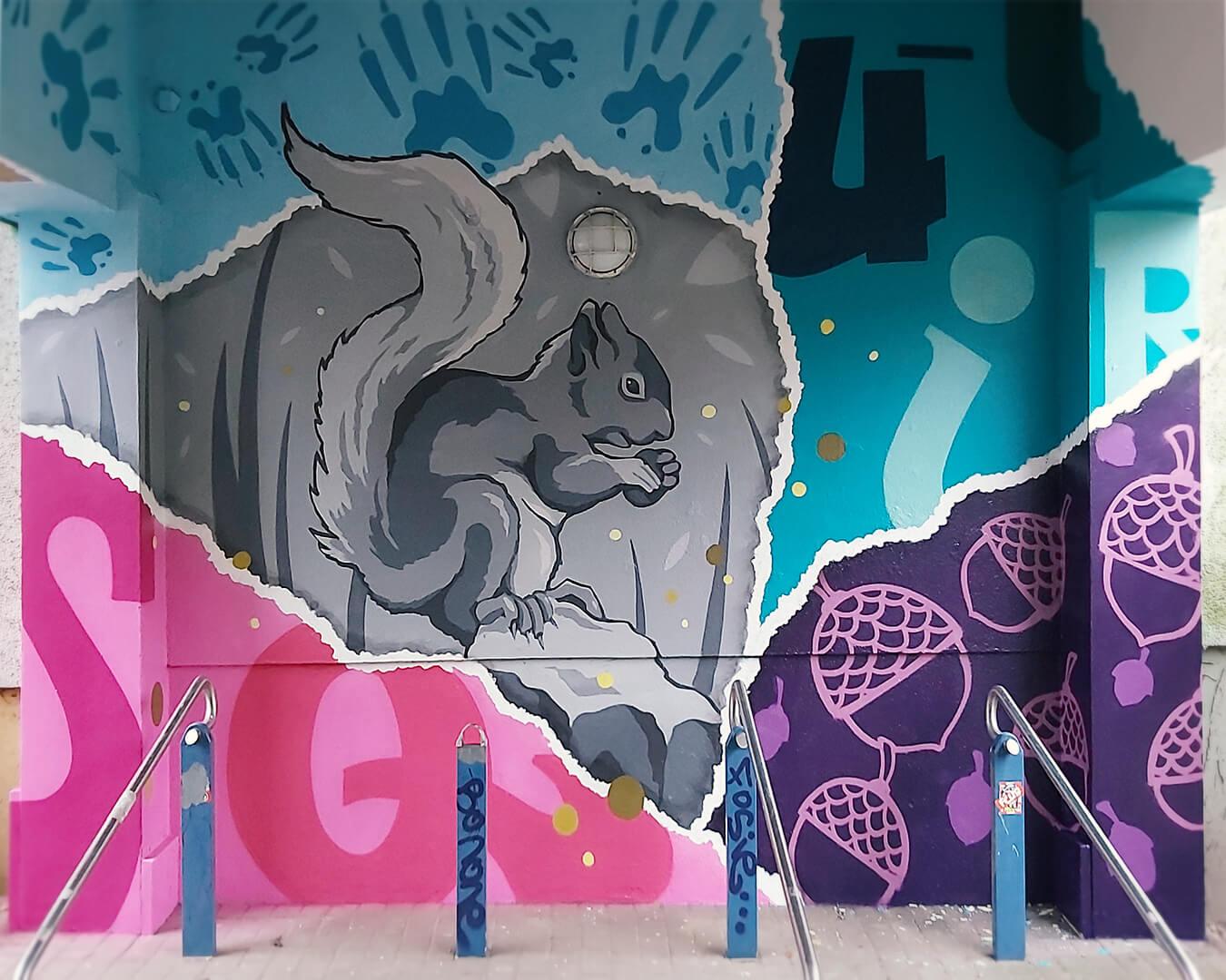 """Graffiti Hausdurchgang """"Stadt und Land"""" Berlin Hellersdorf pinke und türkise Wand mit Eichhörnchen"""