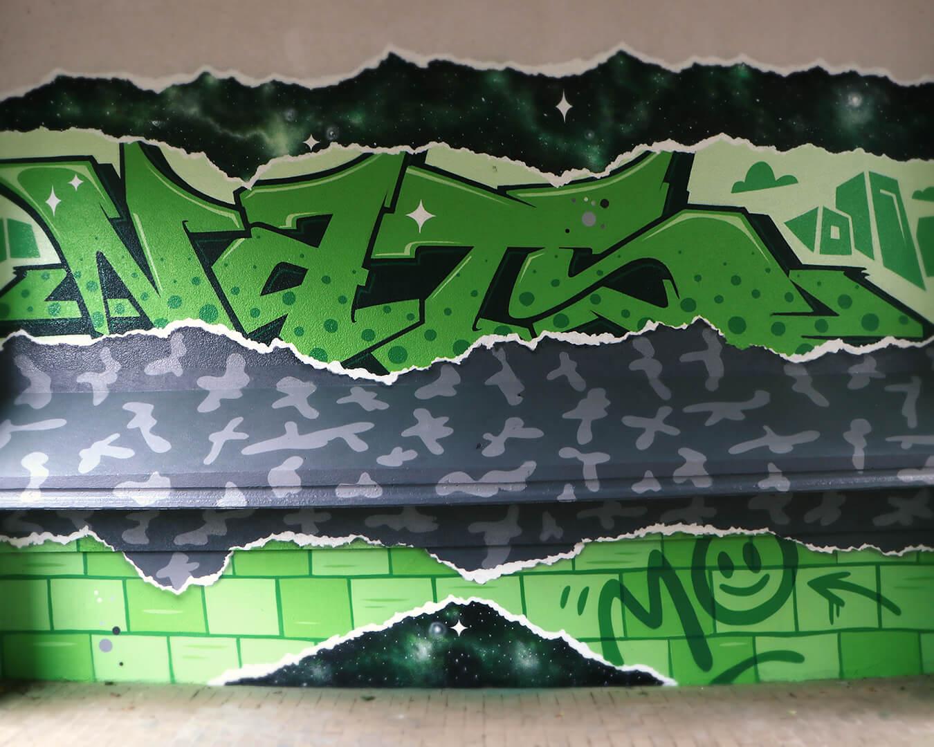 """Graffiti Hausdurchgang """"Stadt und Land"""" Berlin Hellersdorf grüne Typografie mit grauem Muster 2"""