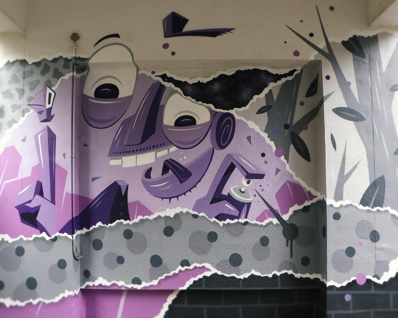 """Graffiti Hausdurchgang """"Stadt und Land"""" Berlin Hellersdorf lila abstrakte Figur mit Sprühdose"""