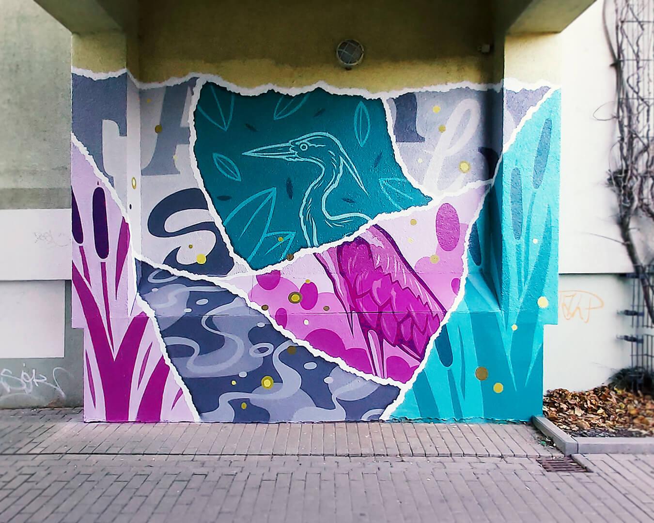 """Graffiti Hausdurchgang """"Stadt und Land"""" Berlin Hellersdorf pinke und türkise Wand mit Reiher"""