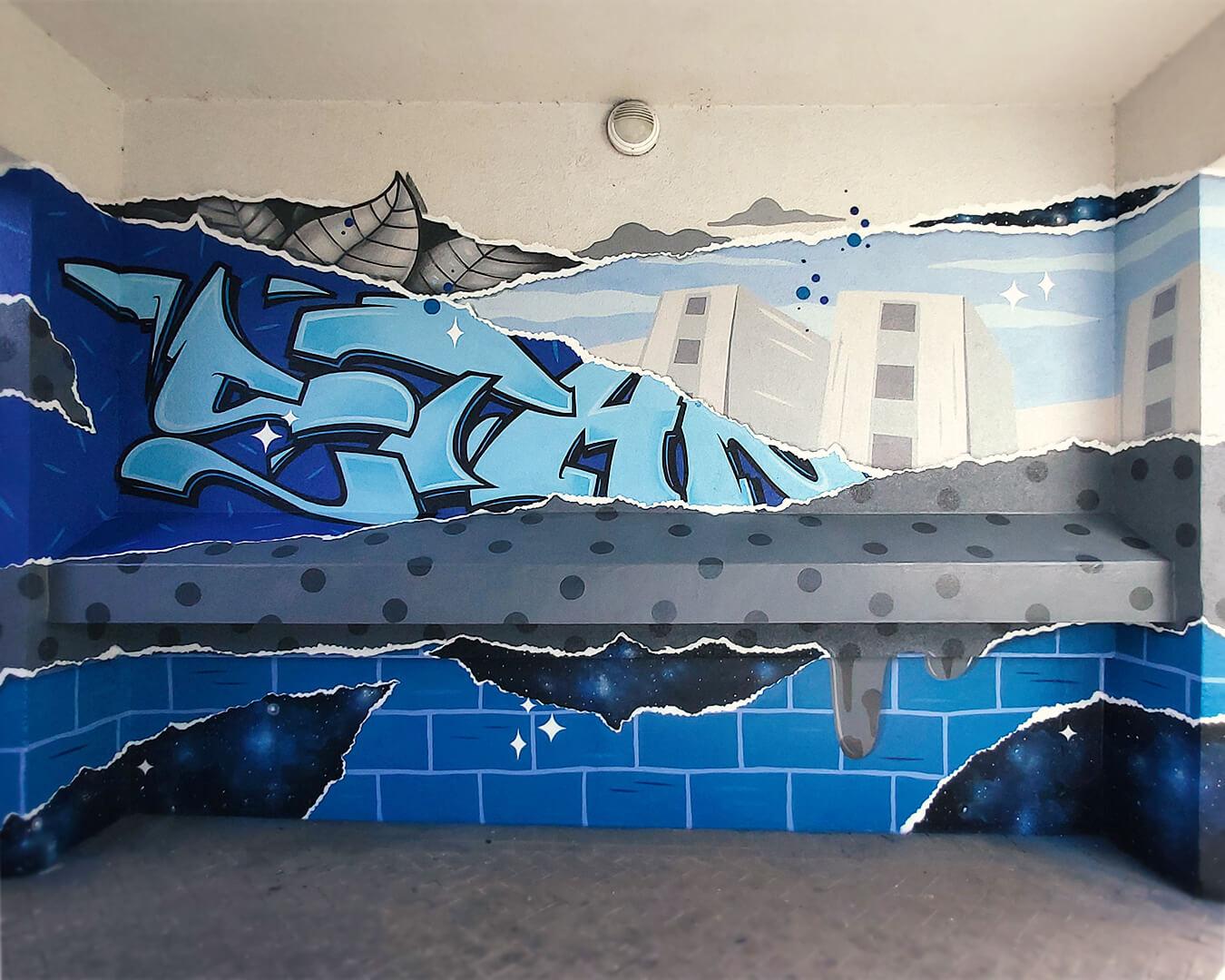 """Graffiti Hausdurchgang """"Stadt und Land"""" Berlin Hellersdorf blaue Wand mit Typografie und Stadt"""