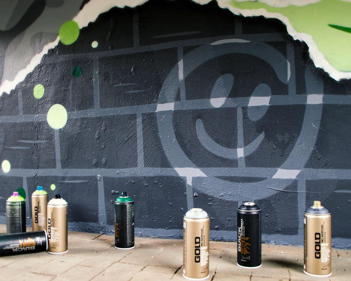 """Graffiti Hausdurchgang """"Stadt und Land"""" Berlin Hellersdorf grauer Smiley mit Sprühdosen"""