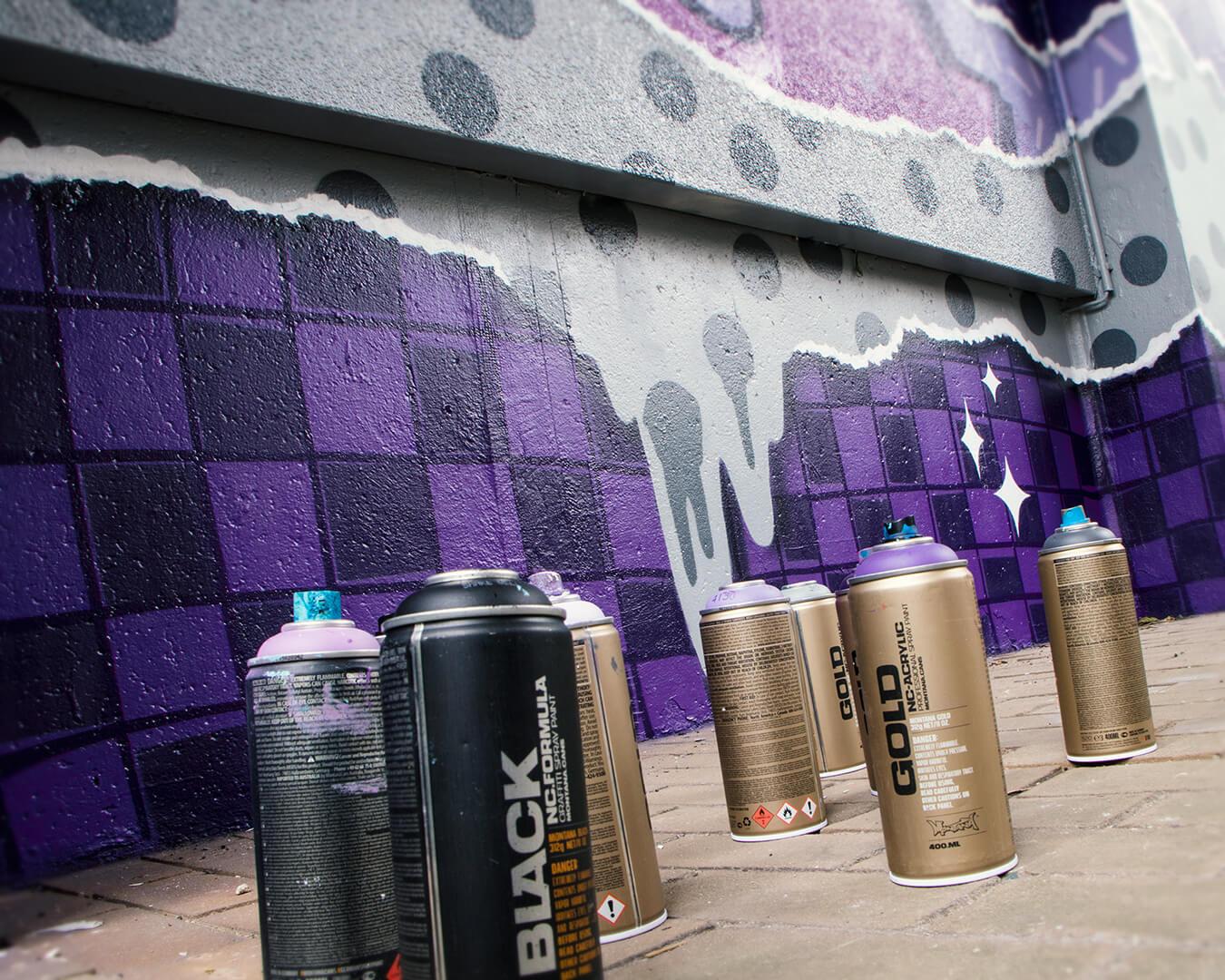 """Graffiti Hausdurchgang """"Stadt und Land"""" Berlin Hellersdorf lila Schachmuster mit Sprühdosen"""
