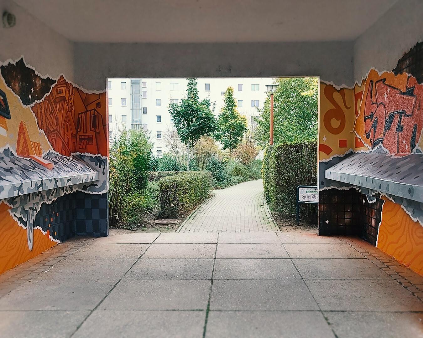 "Graffiti Hausdurchgang ""Stadt und Land"" Berlin Hellersdorf orange Farbwelt mit Hof"
