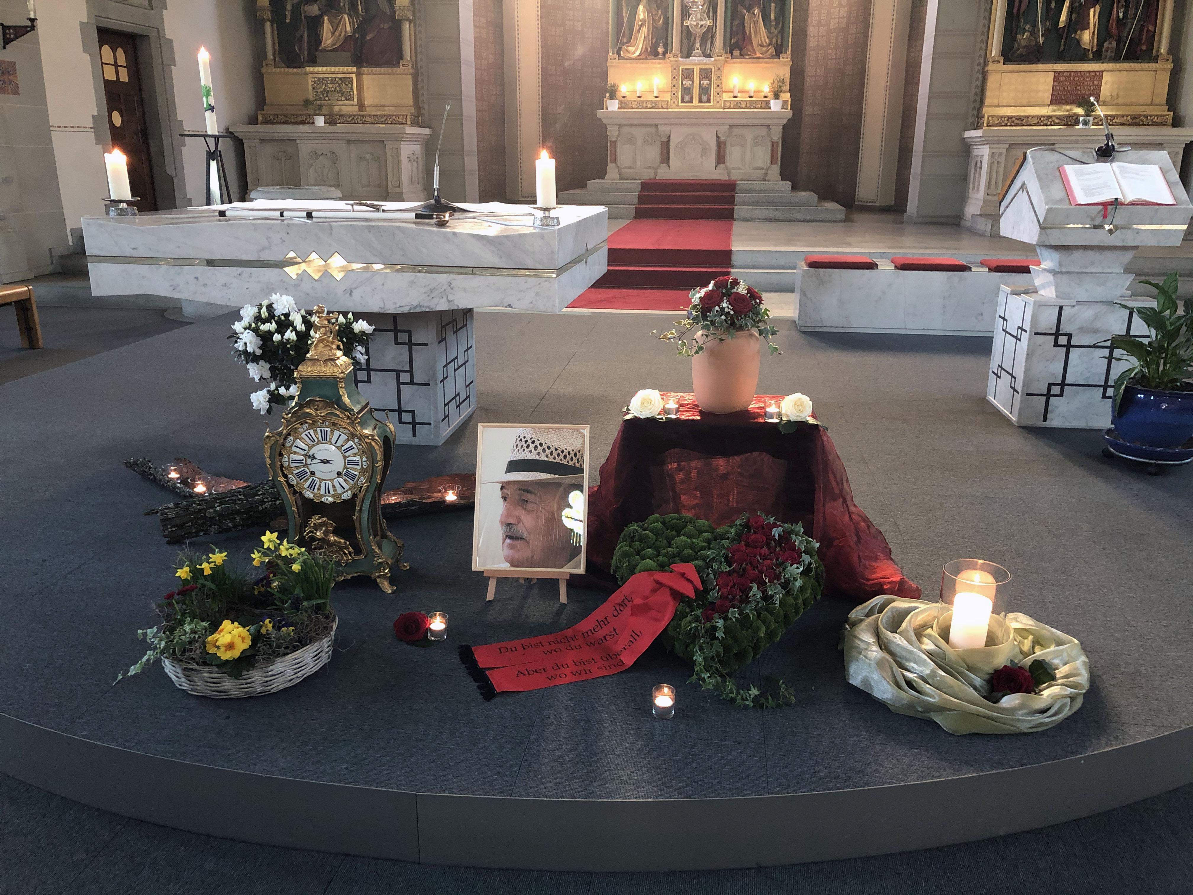 Altar mit Urne, Foto, Uhr und Blumenschmuck anlässlich der Abschiedsfeier von Hansruedi Oldani, aka Giovanni, am Samstag, 22. Februar 2020.