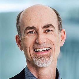 PD Dr. Peter Biegelbauer je vedoucím vědcem v Centru inovačních systémů a politiky ve vídeňském Austrian Institute of Technology (AIT). Zaměřuje se na implementační proces politik, od definování problému až po hodnocení politiky a její reformulaci, v oblastech výzkumu, technologií, průmyslu a inovací. Koordinoval řadu národních a mezinárodních projektů, včetně současného projektu EU co-Change (2020-2023) o etických aspektech inovací v oblasti umělé inteligence. Této problematice se bude věnovat i na letošním Symposiu. O výše uvedených tématech napsal více než 100 článků a knih. V oboru politických věd je držitelem habilitace z rakouské univerzity v Innsbrucku, doktorátu z Vídeňské univerzity a magisterského programu na MIT v USA.