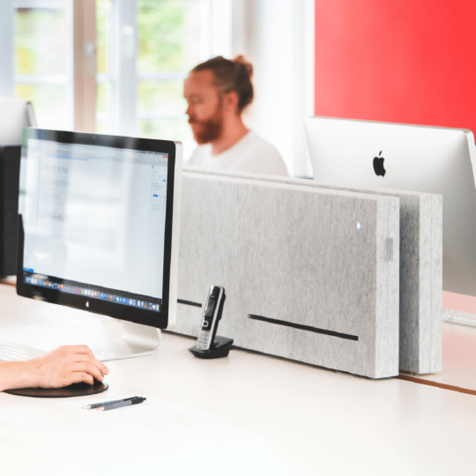 Bild: Auf einem Schreibtisch steht eine calina.DESK. Davor steht ein Laptop.