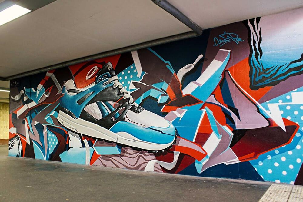 S-Bahn Berlin Mehrower Allee Graffiti-Art mit Schuhen