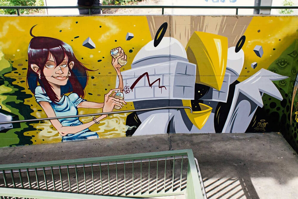 S-Bahn Berlin Mehrower Allee Graffiti-Art mit Frau und Vogel
