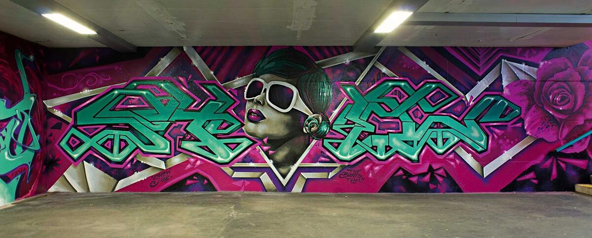 S-Bahn Berlin Raoul-Wallenberg-Straße Graffiti-Art mit Frau und Typografie