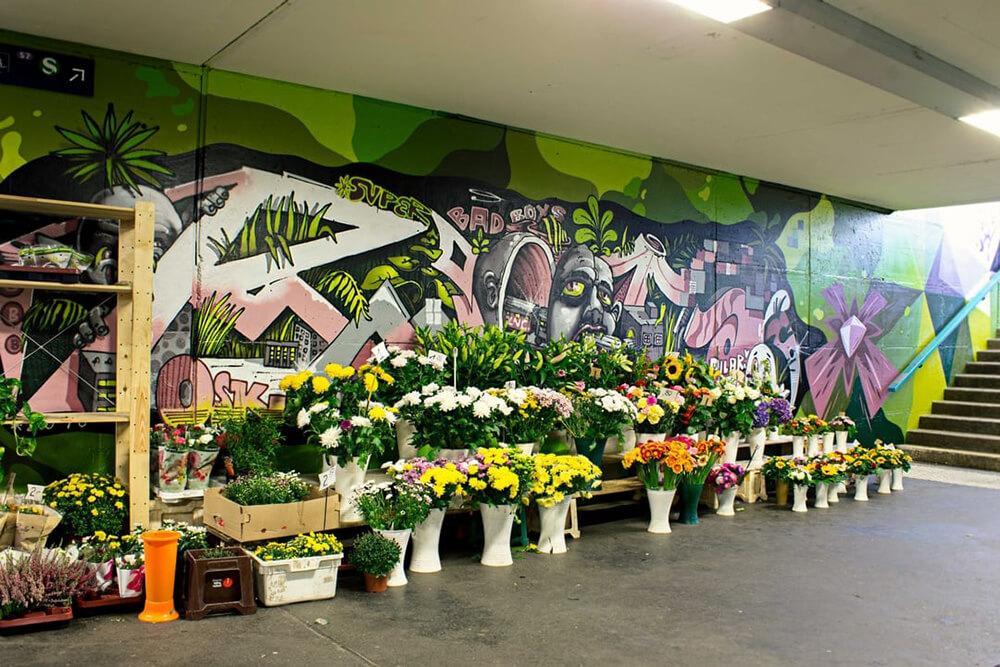S-Bahn Berlin Raoul-Wallenberg-Straße Graffiti-Art mit Blumenladen