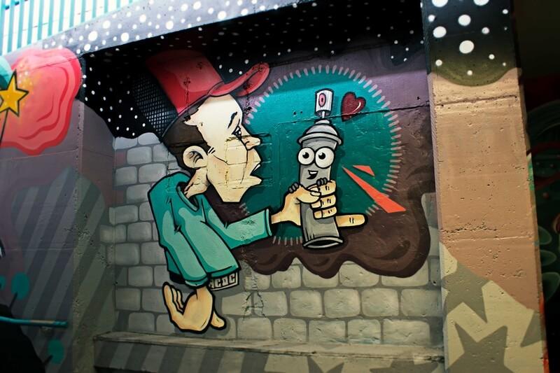 S-Bahn Berlin Raoul-Wallenberg-Straße Graffiti-Art mit Sprayer