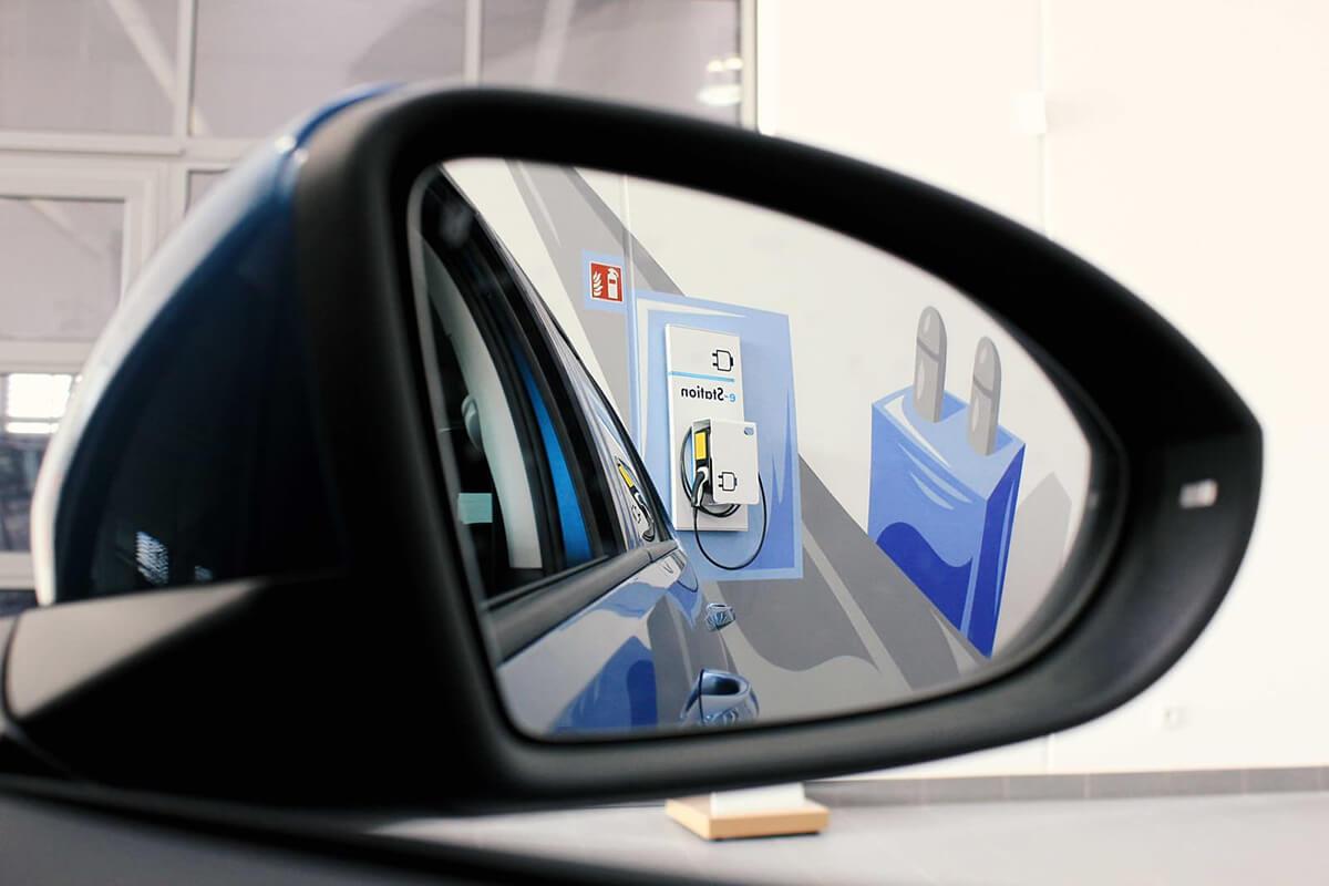 Volkswagen Graffiti im Auto Spiegel