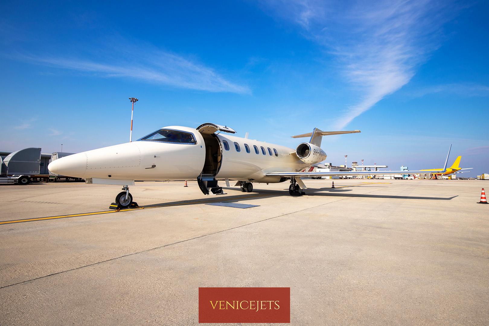 Learjet 40 - exterior