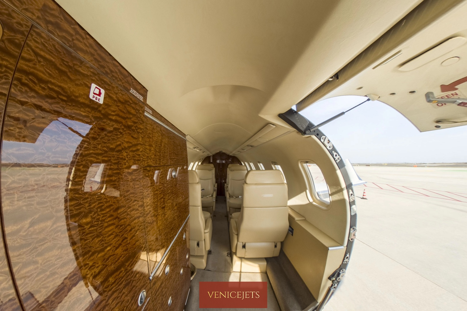 Learjet 40 - galley