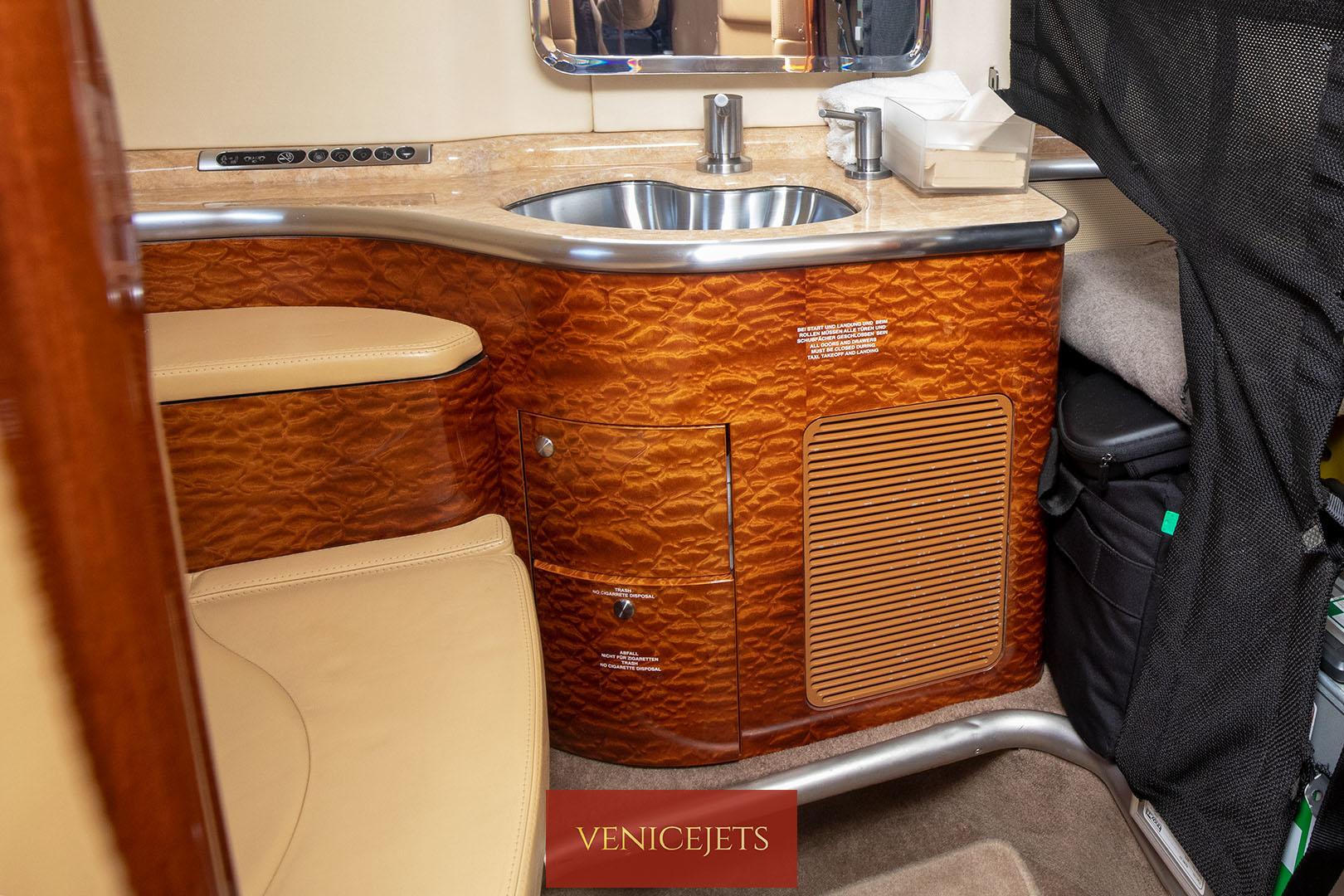 Learjet 40 - lavatory