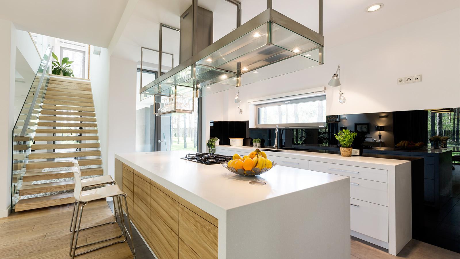 Moderne Küche mit schwarz lackierter Küchenrückwand