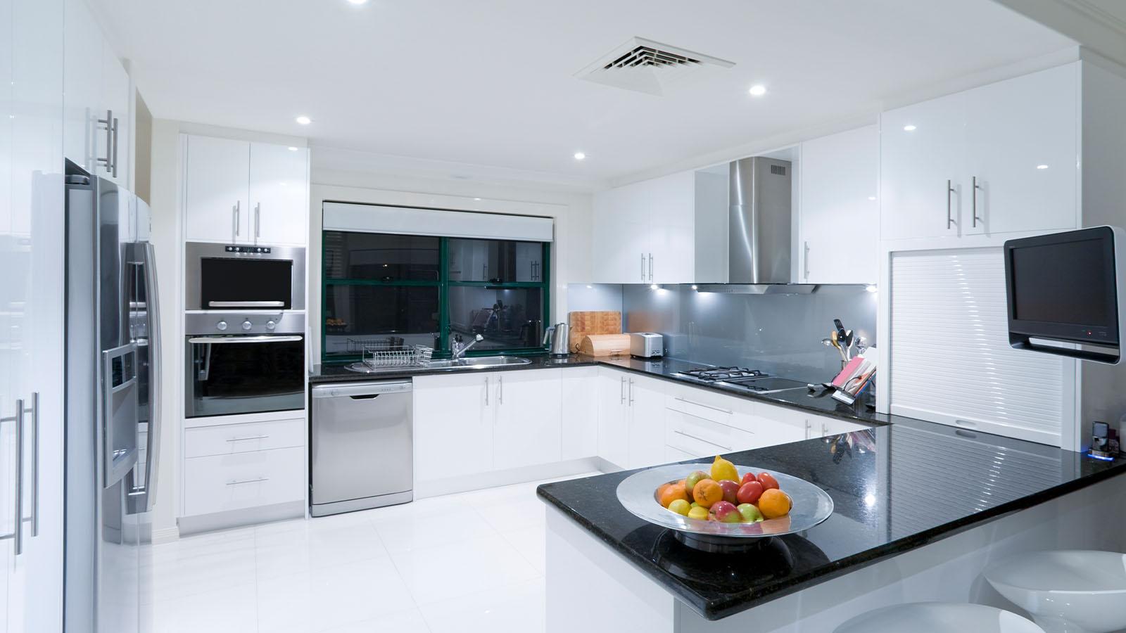 Helle Küche mit grauer Küchenrückwand
