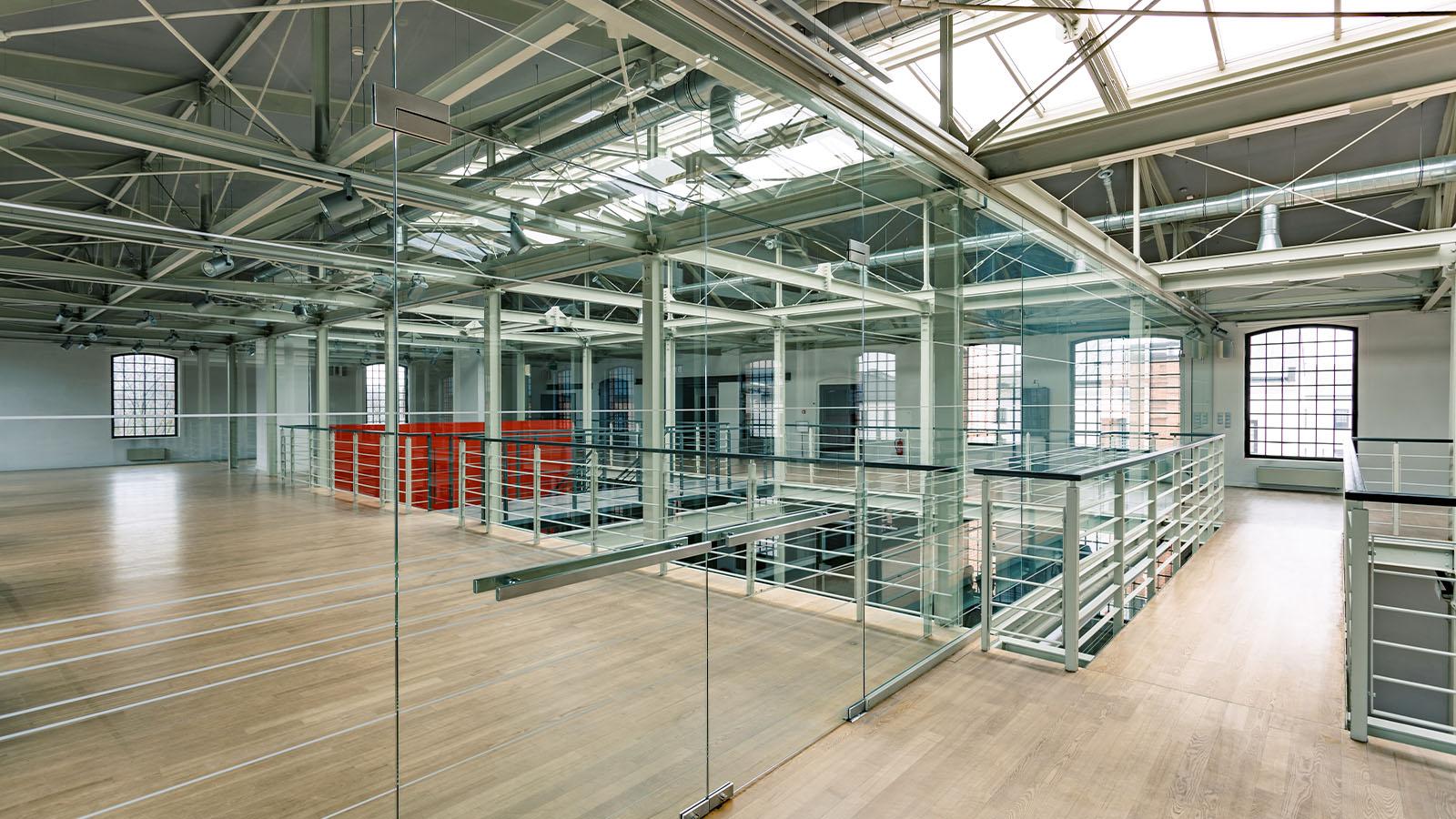 Glasanlage für modernes Großraumbüro