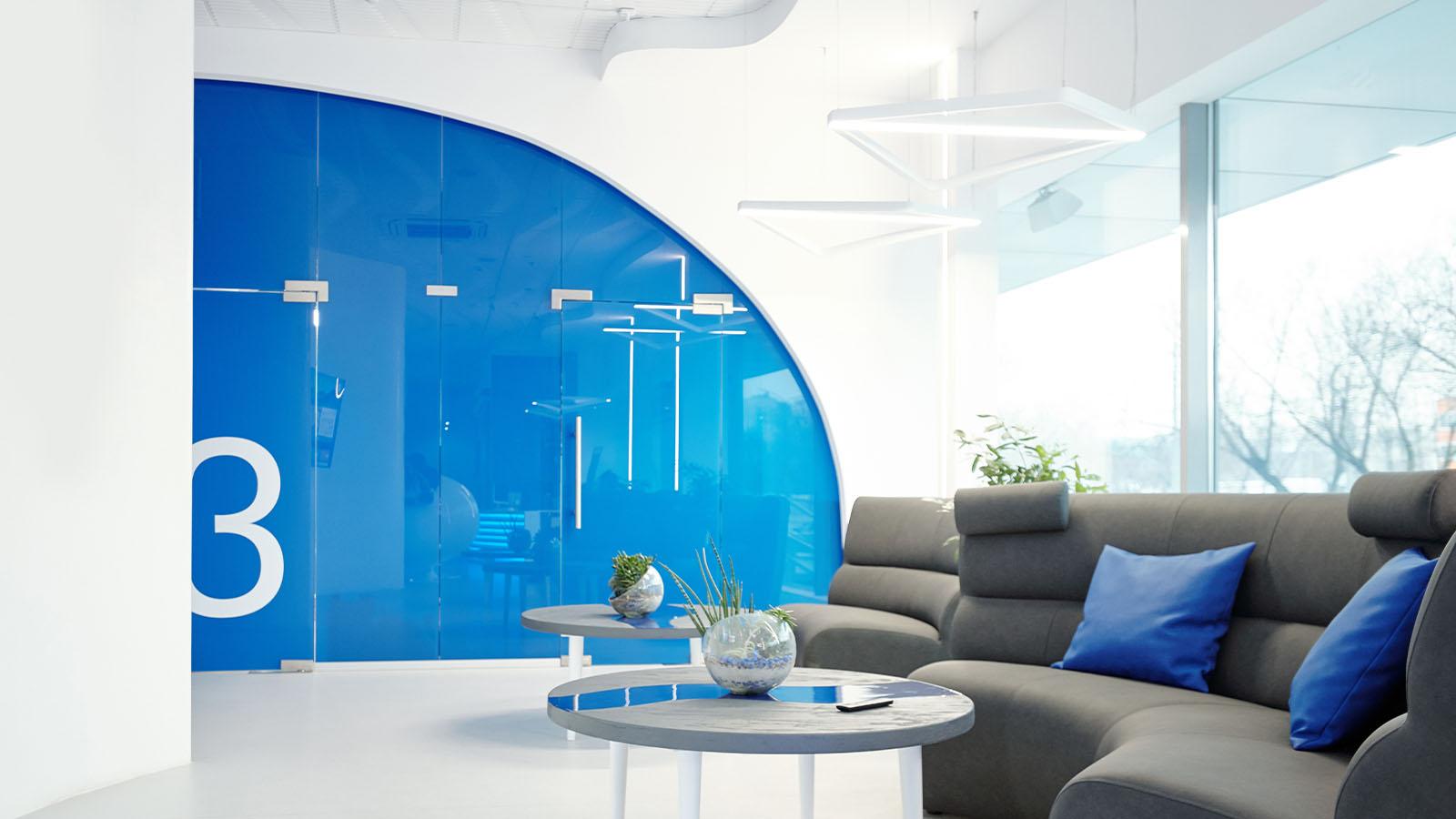 Glasanlage in modernem Bürogebäude