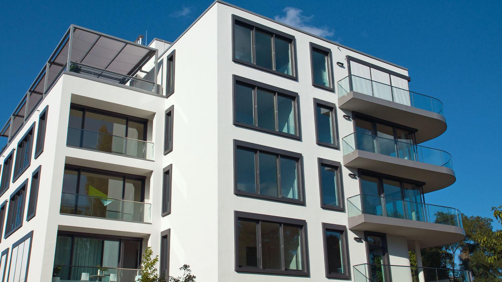 Modernes Gebäude mit Glaselementen